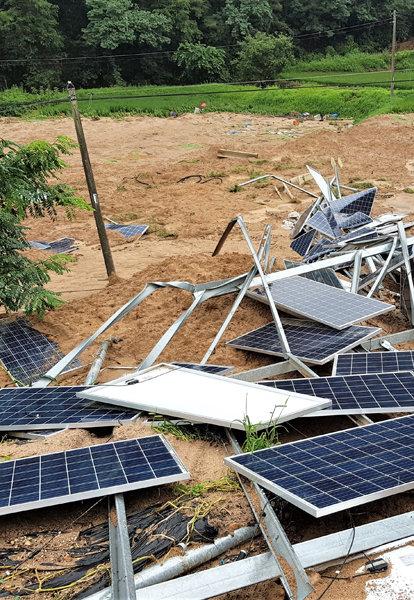 8월 8일 충북 제천 산비탈에 설치됐던 태양광발전설비가 최근 집중호우로 무너져 있다. [뉴시스]
