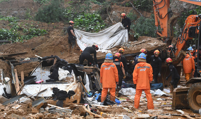 8월 3일 오전 경기 가평군 호명산 아래 한 건물이 무너져 3명이 매몰되는 사고가 발생했다. 소방대원들이 매몰자 시신을 수습하고 있다. [홍진환 동아일보 기자]