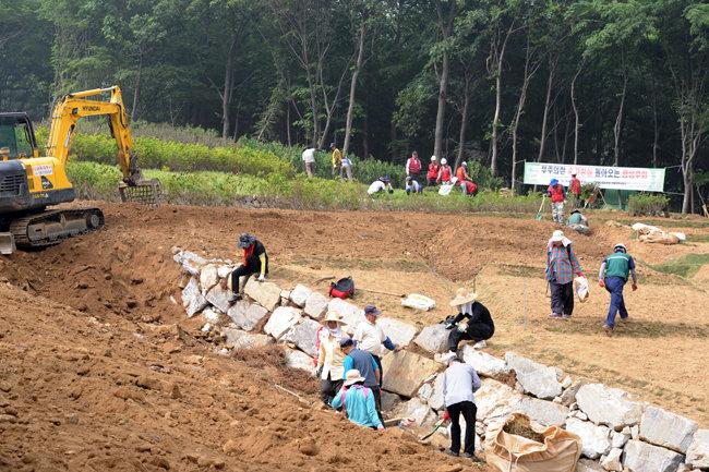 우면산 산사태 복구 작업 관계자들이 2012년 6월 1일 막바지 복구 작업을 하고 있다. [뉴스1]