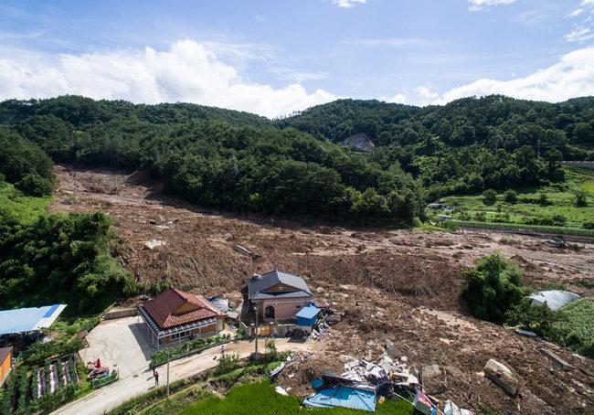 9일 전남 곡성 오산면 한 마을의 일부 주택이 산사태로 인해 토사로 뒤덮여 있다. 해당 마을에서는 7일 발상한 산사태로 주택 5채가 매몰돼 5명이 숨졌다. [뉴스1]