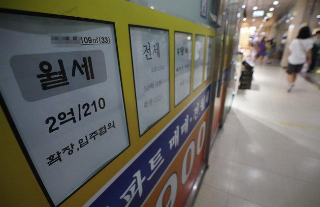 부동산업체 창문에 붙은 전월세 시세표. [뉴스1]
