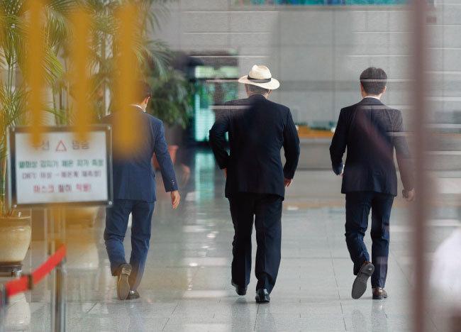 6월 26일 서울 서초구 대검찰청에서 열린 이재용 삼성전자 부회장에 대한 기소 여부를 판단하는 검찰수사심의위원회에 한 심의위원(가운데)이 참석하고 있다. [동아DB]