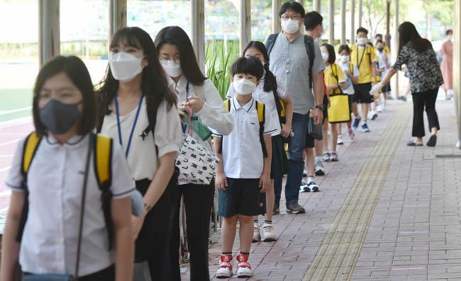 6월 8일 마스크를 쓴 채 등교하고 있는 대구의 초등학생들. [뉴시스]