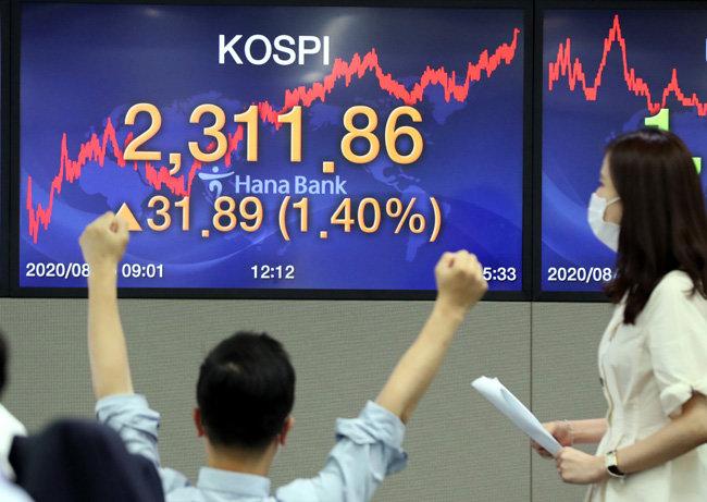 8월 5일 코스피지수가 1년 10개월 만에 2300선을 돌파해 2311.86을 기록했다. 서울 중구 하나은행 명동점 딜링룸에서 딜러들이 업무를 보고 있다.  [최혁중 동아일보 기자]