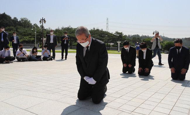 미래통합당 김종인 비상대책위원장이 5·18 민주묘지를 찾아 무릎을 꿇고 참배하고 있다.