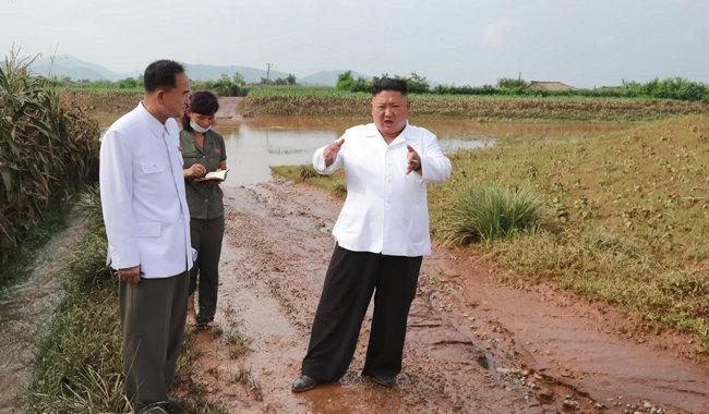 조선중앙TV가 8월7일 김정은 북한 국무위원장이 황해북도 은파군 대청리 수해현장에 직접 방문했다고 보도했다. [조선중앙TV 캡쳐]