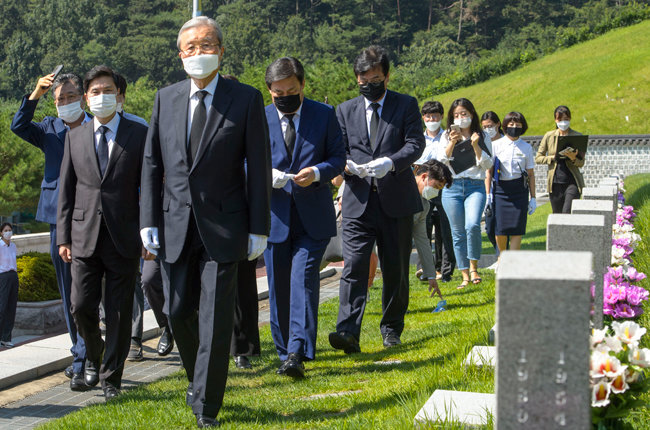 5·18 민주묘지를 둘러보는 김 위원장. [뉴스1]