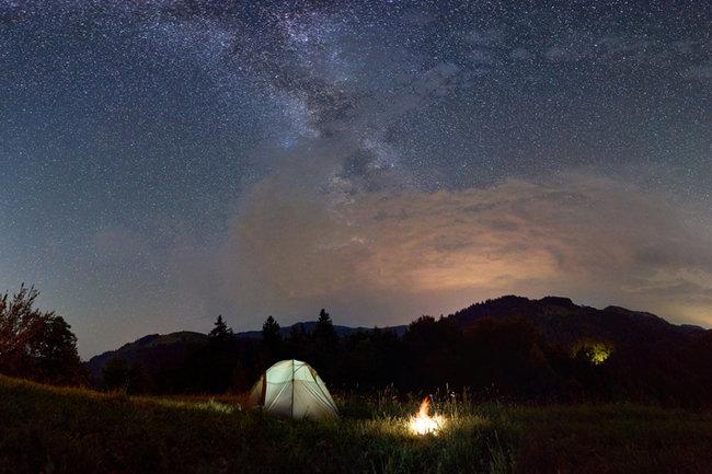 아웃도어에서 캠핑하는 것만으로도 신체 주기를 자연스러운 주기에 맞추는 것이 가능하다. [GETTYIMAGES]