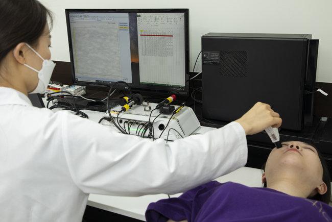 서울 영등포구 여의도 P&K피부임상연구센타 연구소에서 한 연구원이 화장품의 피부인체적용시험을 하고 있다. [조영철 기자]
