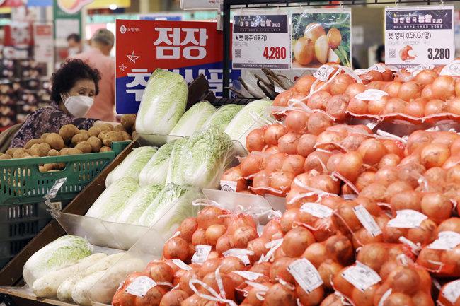 코로나19 확산과 홍수 사태로 중국 내 작황이 힘들어지면서 중국 수입산 농산물 가격이 오르고 있다. 8월 20일 서울 시내 한 대형마트에서 소비자가 채소를 살펴보고 있다. [뉴스1]