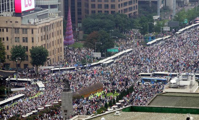 8월15일 서울 광화문 광장 주변에 많은 시민이 모여 있다. [뉴시스]