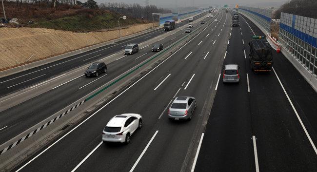 포스트 코로나 시대 수도권 서부는 도로교통 개발의 호재를 힘입어 마이카 출근 수요가 집값을 견인할 가능성이 있다. [뉴시스]