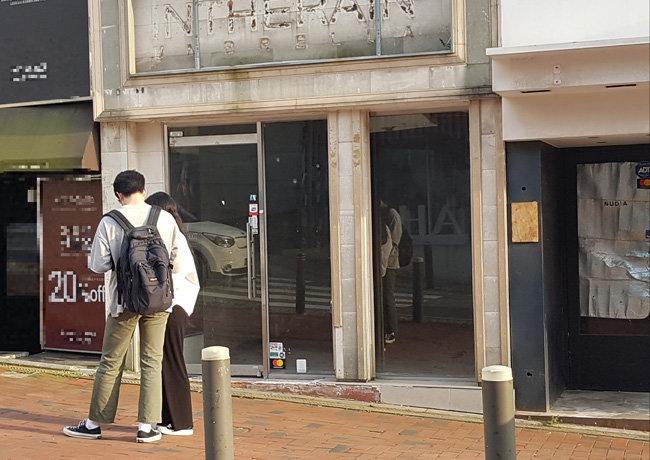 8월 24일 오후 서울 서대문구 이화여대 인근 상권에 간판을 내린 점포가 있다. [최진렬 기자]