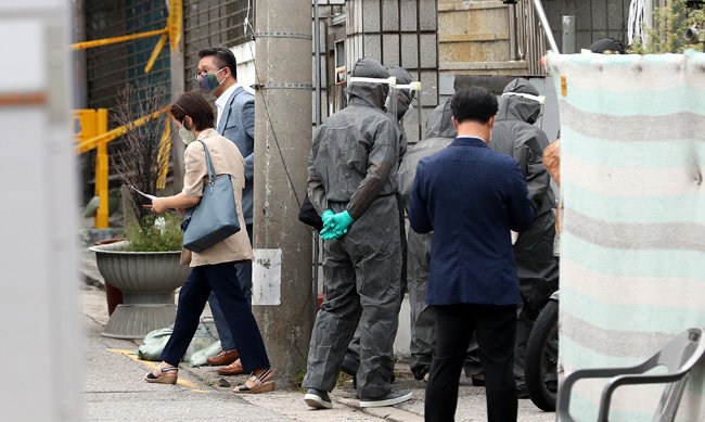 8월 20일 오후 중앙사고수습본부 수도권 대응반이 역학조사를 위해 서울 성북구 사랑제일교회에 들어가고 있다. [뉴스1]