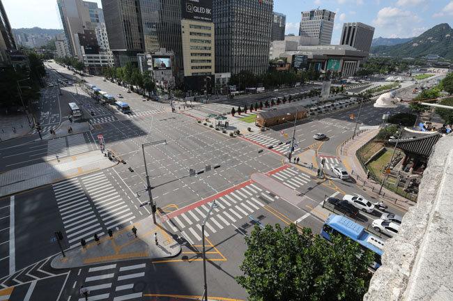 코로나19 확산세가 지속되면서 8월 23일 서울 광화문 일대 도로는 오가는 차량이 크게 줄어든 모습이다. [동아DB]