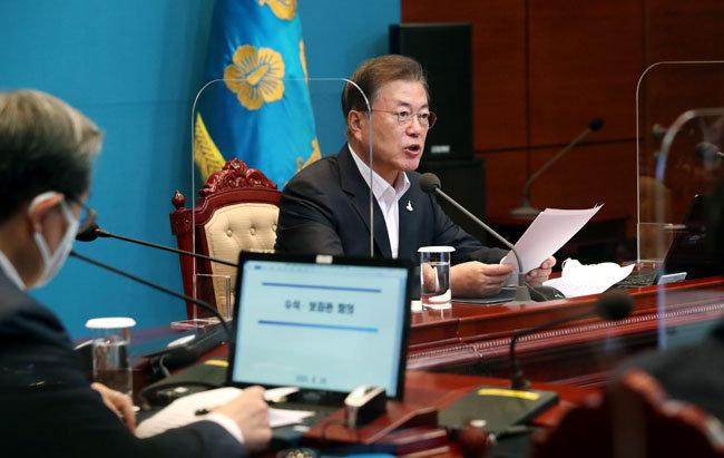 문재인 대통령이 8월 24일 청와대 수석·보좌관회의에서 발언하고 있다. [청와대사진기자단]