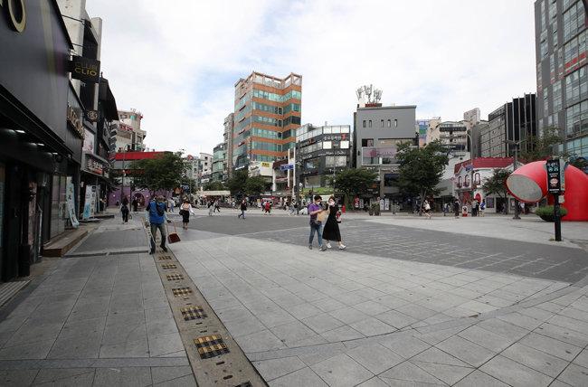 7월 신촌역 부근 거리의 모습. 거리를 오가는 사람이 많지 않다. [동아DB]
