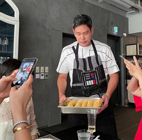 정용진 신세계 부회장은 8월 24일 앞치마를 두르고 음식을 준비하는 사진을 인스타그램에 올려 2만900개 이상의 '좋아요'를 받았다.