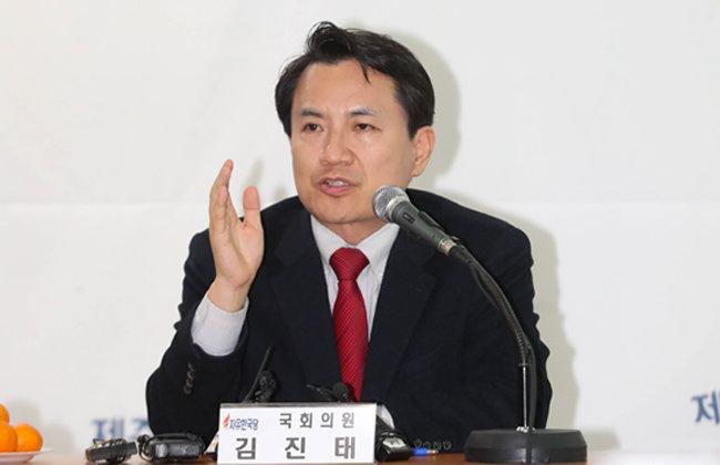 지난해 초 지만원 씨를 국회로 초청해 5·18이 북한군의 폭동이라 주장하는 토론회를 열었던 김진태 전 의원. [뉴시스]