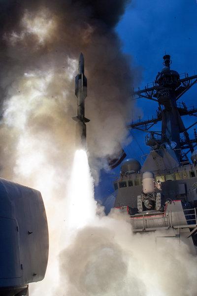 미 해군이 군함에서 운용하는 장거리 함대 방공 미사일인 SM-6. [미국 육군]