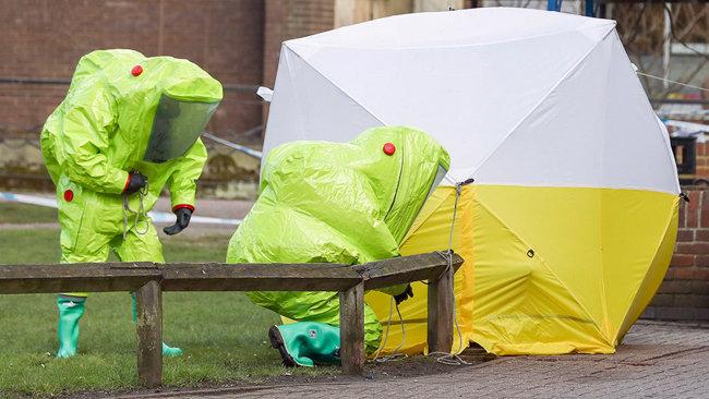 영국 수사관들이 방호복을 입고 스크리팔 부녀가 쓰러진 곳을 조사하고 있다. [PA]