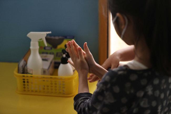 한 초등학생이 공부방에 들어가기 전 손 소독을 하고 있다. [사진=동아일보 DB]