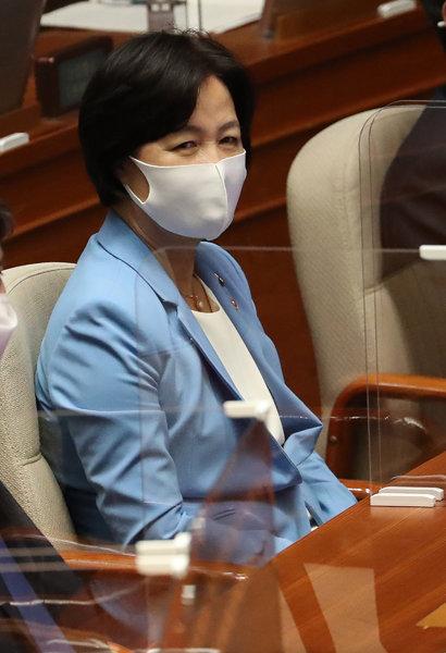 9월 8일 국회 본회의에 참석한 추미애 법무부 장관이 국무위원석에 앉아 있다. [동아DB]
