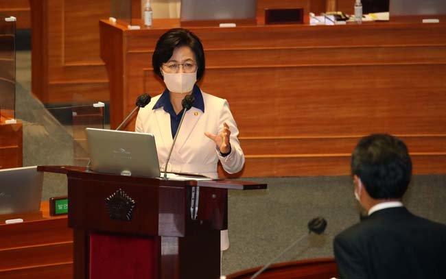 9월 14일 국회에서 열린 대정부질문에 참석한 추미애 법무부 장관이 더불어민주당 정청래 의원의 질의에 답변하고 있다. [뉴시스]