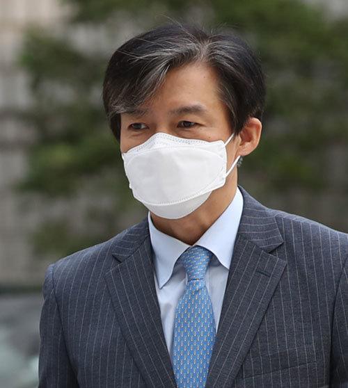 조국 전 법무부 장관이 9월 11일 오전 자녀의 입시 비리 및 가족의 사모펀드 관련 의혹을 다투는 서울중앙지방법원으로 들어서고 있다.  [뉴시스]
