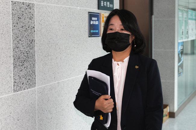 더불어민주당 윤미향 의원이 15일 국회 의원회관을 나서고 있다. [뉴스1]