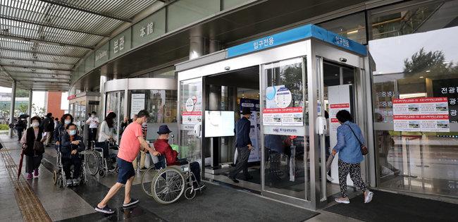 서울 한 대학병원 본관이 환자와 보호자들로 북적이고 있다. 코로나19 방역수칙에 따라 입원 환자의 경우 간병인 혹은 보호자 1명만 면회가 가능하다. 위 사진은 기사 내용과 무관합니다. [뉴스1]