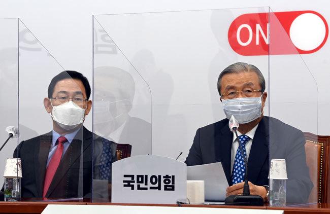 김종인 국민의힘 비상대책위원장(오른쪽)이 9월14일 서울 여의도 국회에서 열린 비상대책위원회의에 참석해 모두발언을 하고 있다. [동아DB]