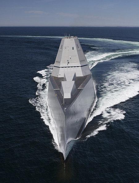 미 해군의 스텔스 구축함 '줌왈트호'가 태평양에서 초계 항해를 하고 있다. [US Navy]