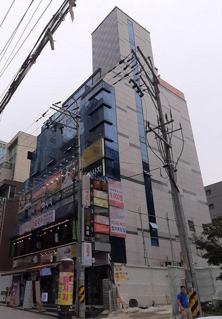 역삼동 인근 한 건물. 외부 간판과 달리 건물에서 실제 영업 중인 곳은 4개 층에 불과하다. [고동완 인턴 기자]