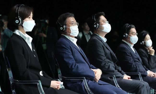 문재인 대통령(왼쪽에서 세 번째)이 9월24일 오후 경기 김포시 민간 온라인 공연장인 캠프원에서 열린 디지털뉴딜문화콘텐츠산업 전략보고회에 참석해 아카펠라 공연을 관람하고 있다. [뉴시스]