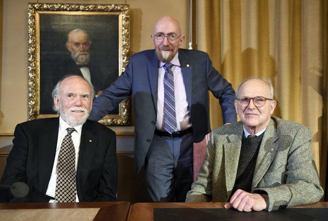 중력파 관측에 기여해 2017년 노벨물리학상을 공동 수상한 배리 배리시, 킵 손, 라이너 바이스 박사(왼쪽부터). [AP=뉴시스]