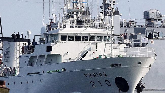 24일 오후 피살된 이씨가 승선했던 어업지도선 무궁화10호가 해양경찰의 조사를 위해 대연평도 인근 해상에 정박했다. [뉴스1]
