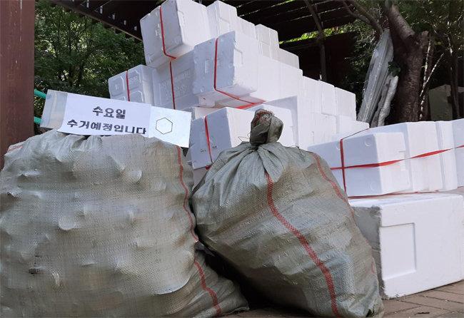 서울 서대문구 냉천동 한 아파트 분리수거 현장. 분리수거가 제때 이뤄지지 못한 폐플라스틱들이 쌓여있다. [고동완 인턴 기자]