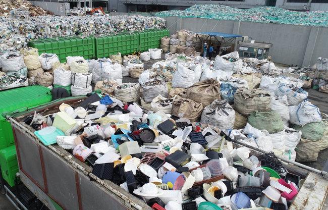 경기 수원시 자원순환센터 야적장에 저장 공간 포화로 폐플라스틱이 쌓여 있다. [동아DB]