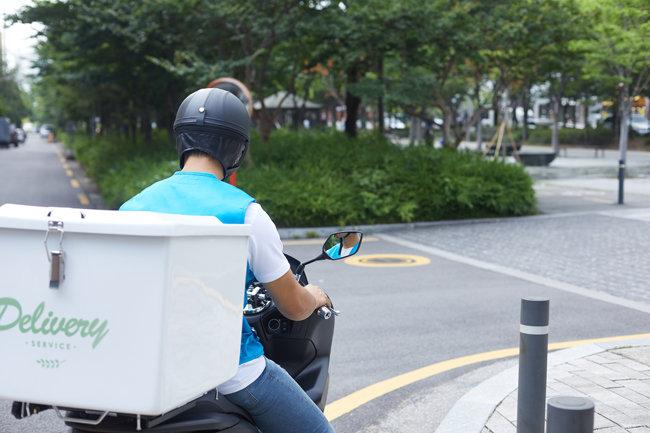 배달앱 사용 증가로 라이더가 인력시장의 새로운 중심으로 떠올랐다.