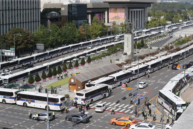 10월3일 서울 광화문에 경찰차벽이 설치돼 있다. [동아db]