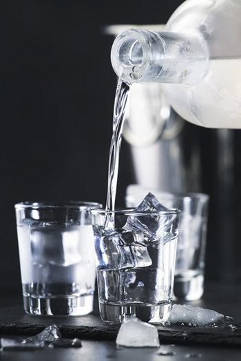다이어트 중에 음주하게 되면 투명하고 향이 없는 술을 고르자.  [GettyImage]