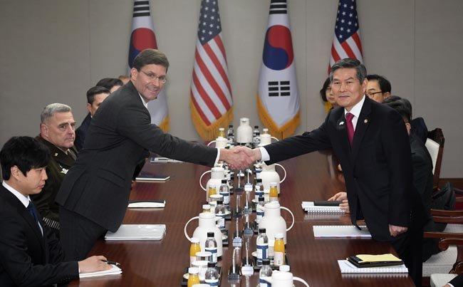 지난해 11월15일 서울에서 열린 한미안보협의회의에서 정경두 당시 국방부장관(오른쪽)과 마크 에스퍼 미 국방부장관이 악수하고 있다.  [동아일보 사진공동취재단]