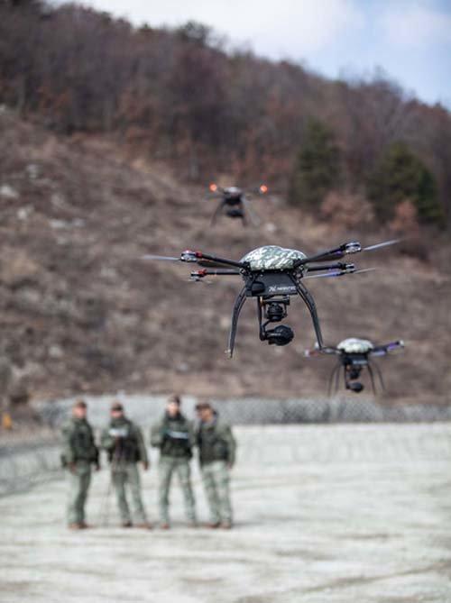 육군 드론봇전투단이 드론을 조종하는 시범을 보이고 있다. 사진은 기사 내용과 무관하다. [뉴시스]