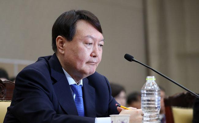 2019년 10월 17일 서울 서초구 대검찰청에서 열린 국정감사에서 잠시 생각에 잠겨 있는 윤석열 검찰총장.