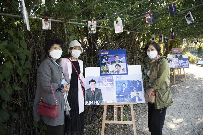 김호중을 좋아하는 세 자매가 그의 사진전을 감상하고 있다. [지호영 기자]