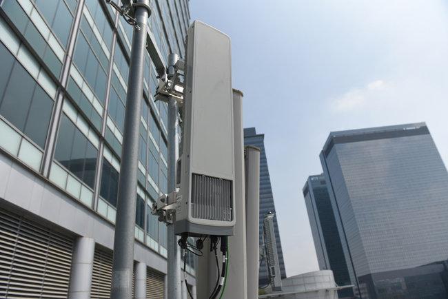 5G 성능을 높이기 위해 설치된 기지국. [삼성전자]