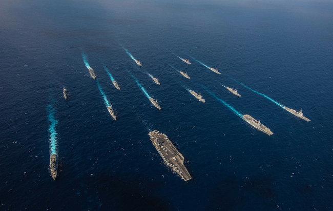 미국 레이건 항모 전단과 일본 함정들이 지난해 킨 소드 연합훈련을 하는 모습. [US Navy]