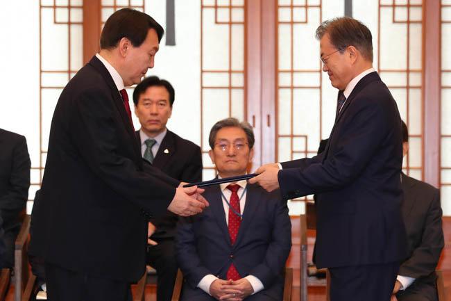 2019년 7월 25일, 윤석열 신임 검찰총장에게 임명장을 수여하는 문재인 대통령. [동아DB]