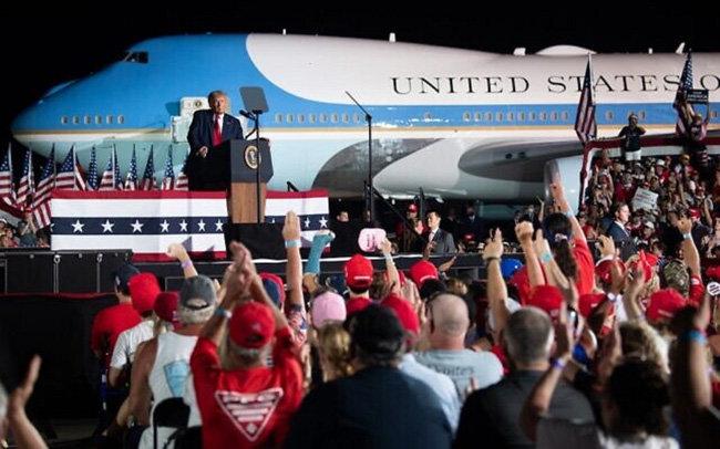 트럼프 대통령이 플로리다주 올란도 공항에서 연설하고 있다. [AFP]